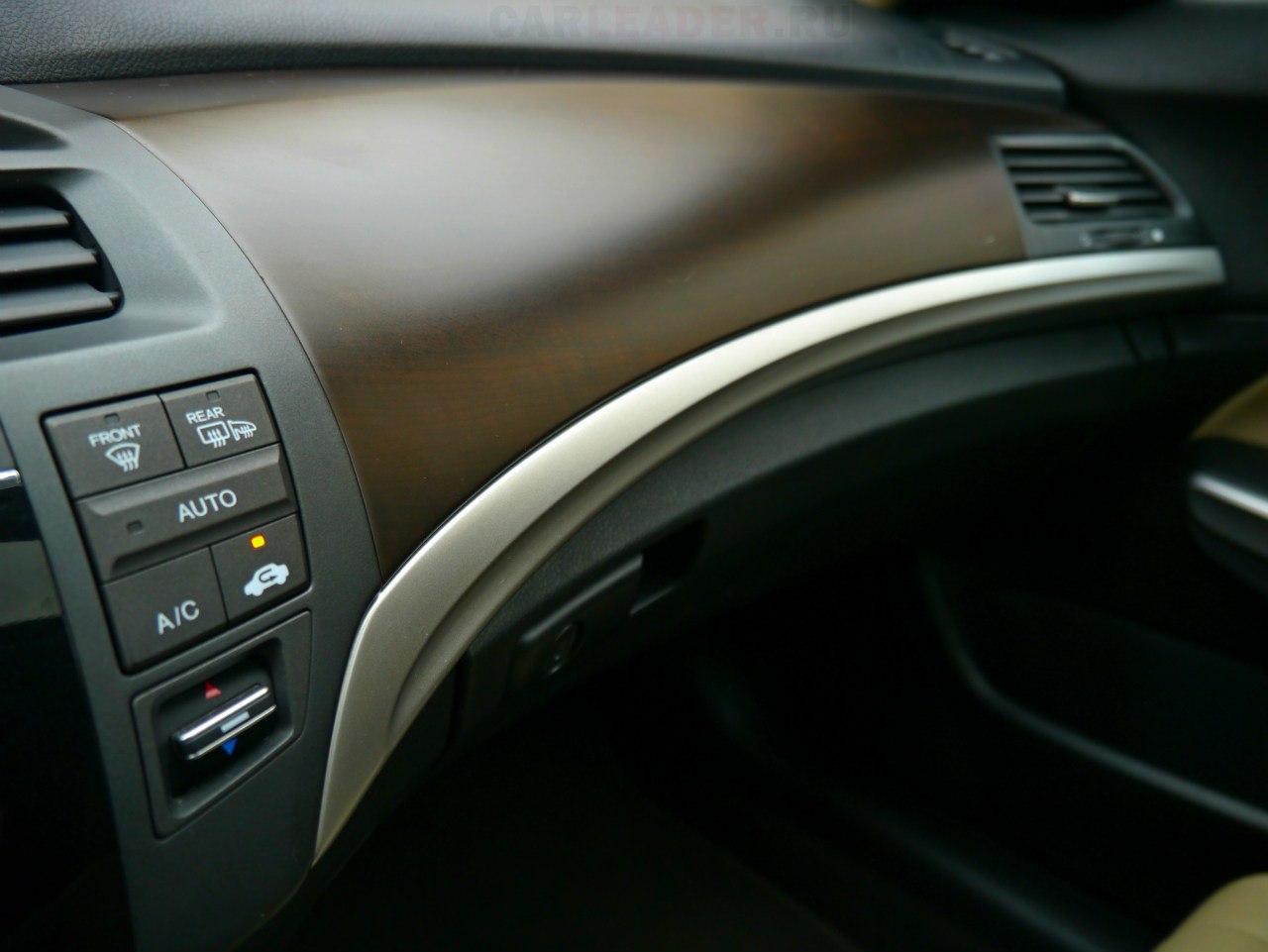 """Не стоит ждать чудес от материалов Honda Crosstour, как эконом-варианта Acura ZDX: пластик """"дубовый"""", дерево пластмассовое."""
