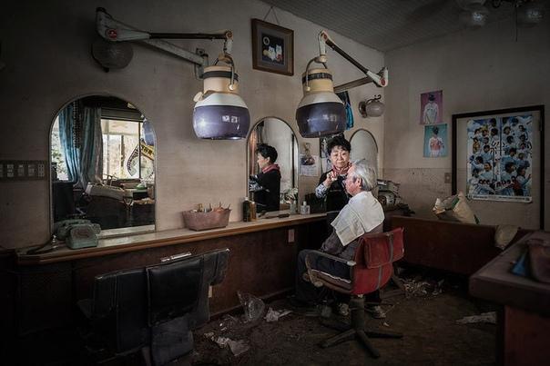Жители Фукусимы и их фотографии на прежних местах работы.
