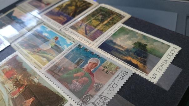 филателия - это слово не знакомо моим детям, пришлось рассказать) и показать. муж принес из кладовки свои старые альбомы с коллекцией марок. я вспомнила тоже, что собирала их в детстве,