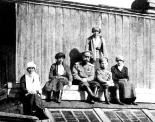 Последняя фотография семьи Романовых до расстрела.