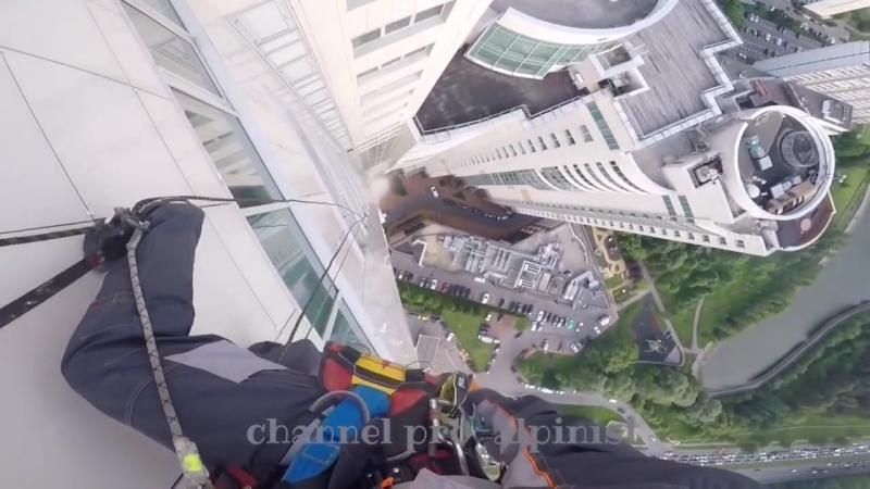 Лопнул трос и 380-килограммовое стекло рухнуло с 47-го этажа в Москве