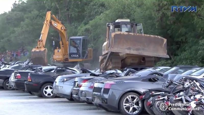 На Филиппинах бульдозером раздавили контрабандные люксовые автомобили.