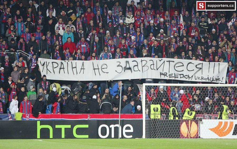 Фанаты Виктории вывесили баннер в поддержку Украины - изображение 1