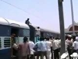Парня ударило током на крыше поезда