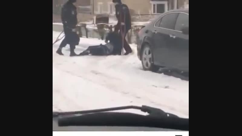 Полицейские пинают инвалида на костылях