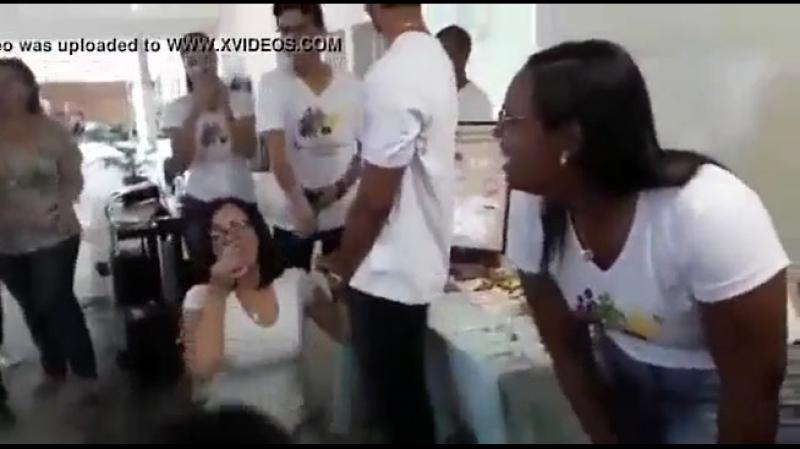 Professora ensina colocar camisinha com a boca gulosa