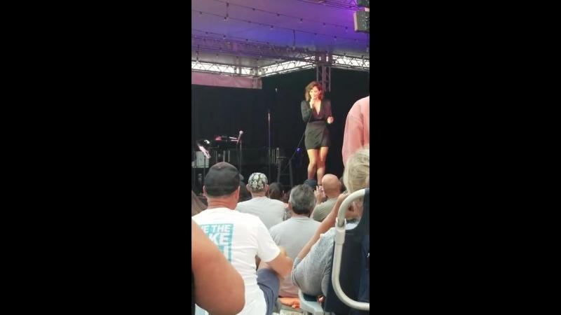 Выступление с песней Blame It on My Youth You Make Me Feel So Young в парке Марина Дель Рей 09 08 18