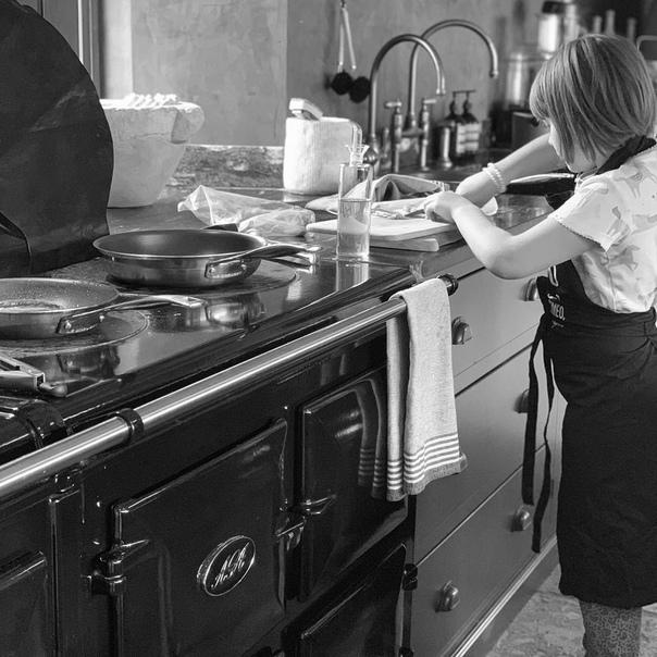 «Берегись, Гордон Рамзи!» 7-летняя Харпер Бекхэм уже готовит отцу завтраки Чета Бекхэмов часто радует своих поклонников трогательными фотографиями в социальных сетях и делится успехами детей.