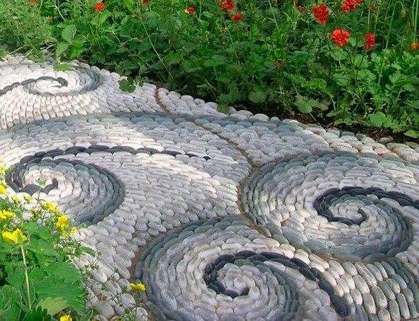 Красота в простоте: идеи дизайна садовых дорожек Камень, плитка, бетон или дерево? Рассматриваем несложные и бюджетные варианты создания оригинальной тропинки в саду – пора сделать передвижение по участку удобным и приятным!