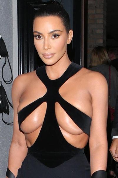 Ким Кардашьян поддержала своего стилиста на премии в Лос-Анджелесе 38-летняя Ким Кардашьян не устает удивлять публику своими нарядами. Сейчас звезда реалити-шоу явно переживает период увлечения