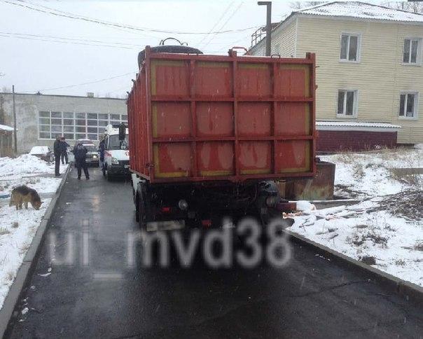 В Усть-Илимске мусоровоз задавил пешехода