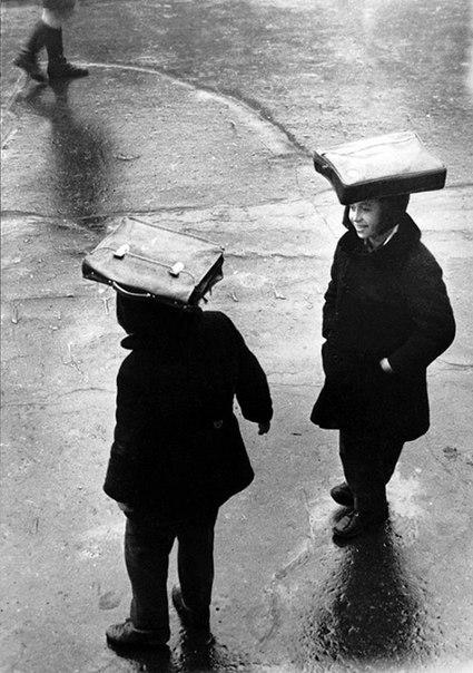 Отчаянные прогульщики уроков под дождём. 1960г.