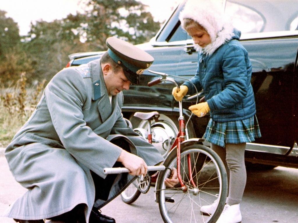 Юрий Гагарин с дочкой. Идеальное фото для мурала о велодвижении.