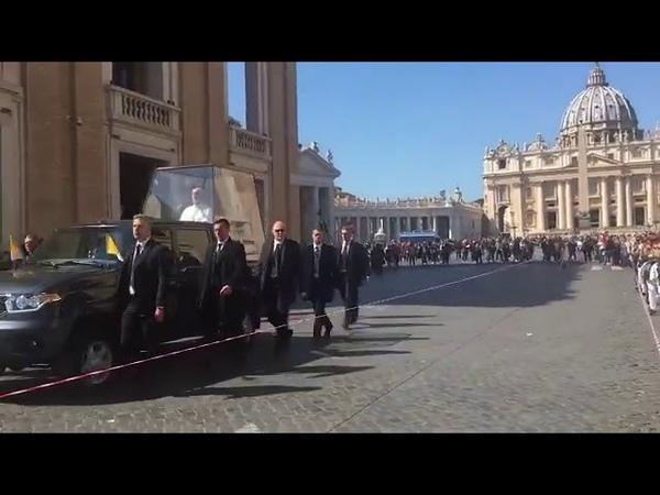 Джон Малкович в папомобиле на базе УАЗ в сериале Новый папа
