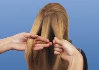 Простую косичку очень просто заплести, для этого необходимо просто напросто хорошо расчесать волосы и собрать их...