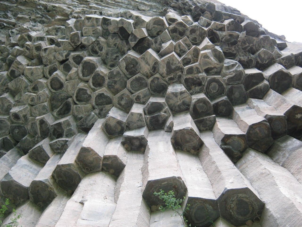 базальтовые столбы близ Карватжар