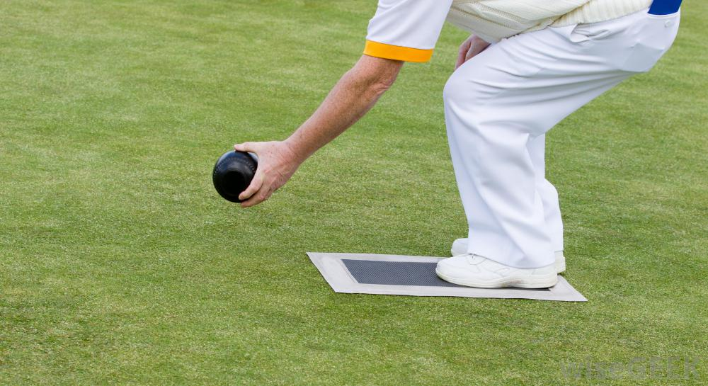 Игра в дворовые игры, такие как бочче, - это простой способ повеселиться на заднем дворе.