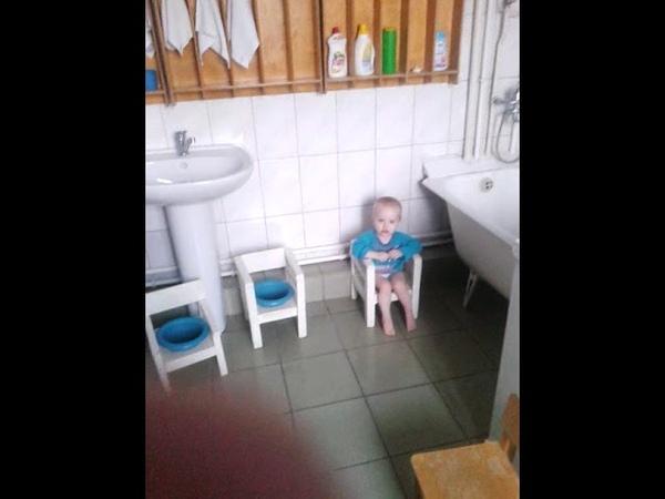 Босые дети в Доме малютки