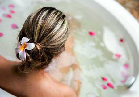 Воспаление можно снять, приняв теплую ванну.