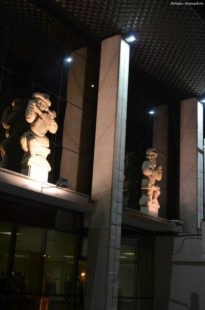 Скульптуры на фасаде драмтеатра