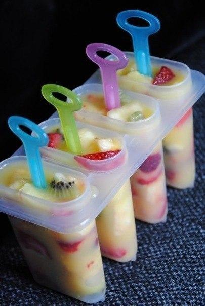 ДОМАШНЕЕ МОРОЖЕНОЕ Ингредиенты: Банан Клубника Киви Обезжиренный йогурт Приготовление: Фрукты режем, кладем в контейнер и заливаем обезжиренным йогуртом. Можно в стаканчики из-под йогурта залить. Ставим в морозилку на 2 -3 часика и вкусное полезное мороженое готово!