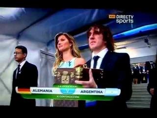 Gisele Bündchen y Puyol entrega la Taza Mundial Brasil 2014