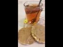 перекус час с хлебцами и арахисовой пастой
