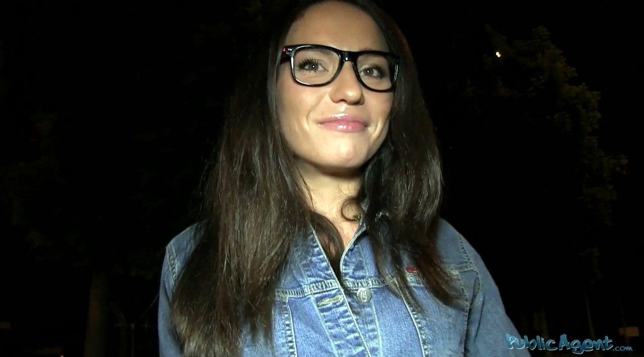 PublicAgent Nataly Gold E302 Кончают на брюнетку в очках