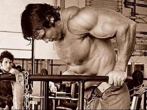 Как правильно качать грудные мышцы отжиманиями на брусьях