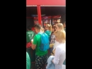 Фанаты сборной Мексикипоют гимн стоя в очереди...