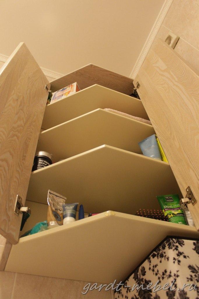 В целях экономии внутренние части шкафа и тумбы (которые не видны в обычном состоянии) выполнены из мебельной фанеры, гладко окрашенной в один тон.