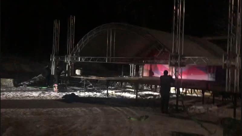 Установка сцены в Заречном парке