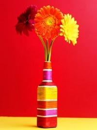 Для создания такой вазы вам понадобятся.  Возьмите бутылку нужной формы, вымойте ее и.