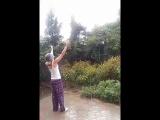 танцы под дождем в темноте