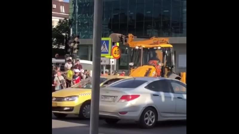 Установка знаков по- Краснодарски на пересечении 1 мая и 40 лет Победы в час пик на пешеходном переходе.