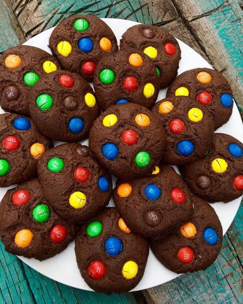 шоколадное печенье с m&ms тесто:1. сливочное масло - 200 г2. сахарная пудра - 100 г3. яйцо - 1 шт4. какао - 20 г5. мука - 250 г6. сода - 1/2 ч.лвес готового теста 600 гя разделила тесто на 20