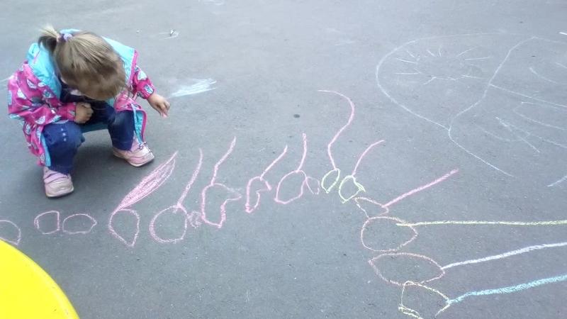 Алискины забавы. Рисует гусеницу