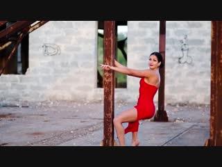 Красивая девушка в красном платье сексуально танцует на закате солнца видео тест