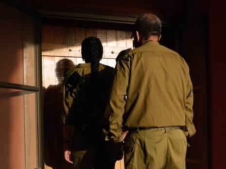 Это самые страшные люди в ЦАХАЛе: офицеры извещений о гибели, модиа-нифгаим Их должность даже не произносят вслух, чтобы не навлечь беду. Говорят: стук в дверь и все понимают, о чем речь.