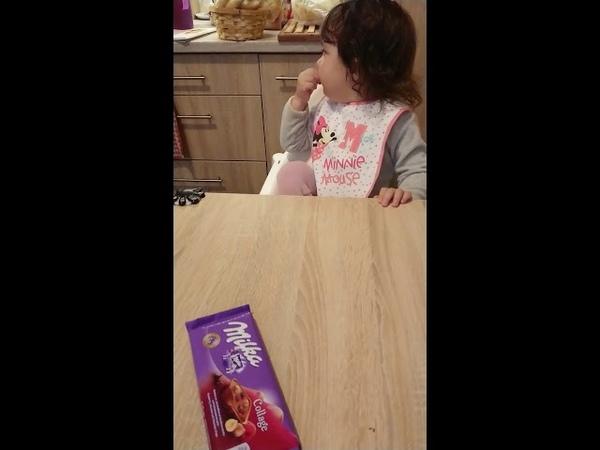 Zoé utálja az édességet, hát gyerek az ilyen? (Zoe hates chocolate)