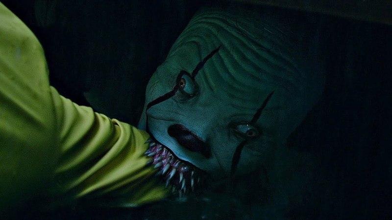 Клоун Пеннивайз откусывает руку Джорджи. Начало фильма. Оно. 2017.