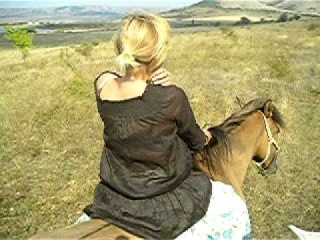 На лошади без седла и уздечки