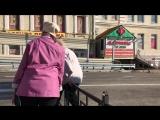 Бабушка переходит дорогу у Беляевского путепровода