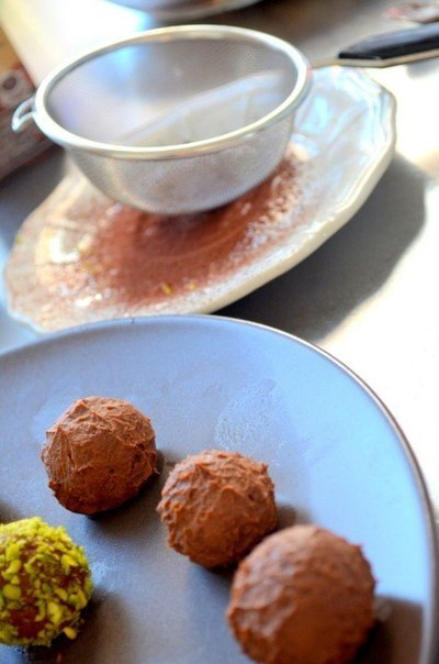 шоколадные конфеты с фисташками что нужно: шоколад горький - 200 гсливки молочные (30% жирности) - 200 млмасло сливочное - 20 гфисташки (несоленые) - по вкусукакао (порошок) - по вкусучто