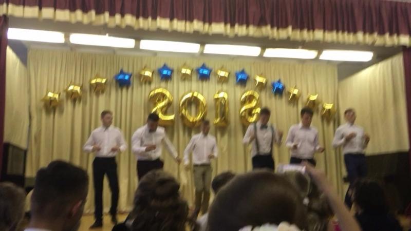 Мальчики танцуют