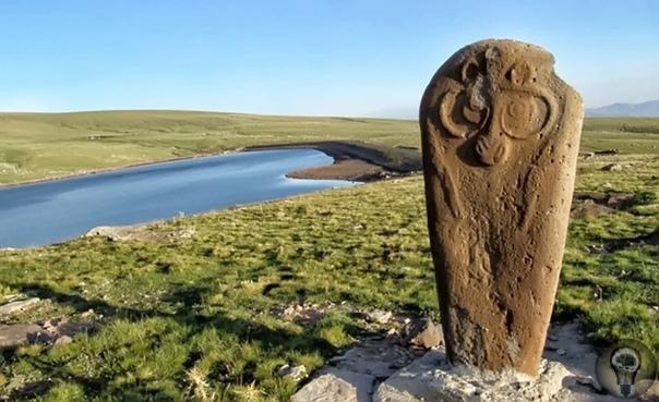 Загадочные вишапы Армении Вишапы обнаружены были очень давно и считаются хорошо изученными. Но не так давно археологи при раскопках обнаружили многочисленные захоронения вишапов. И сегодня ещё
