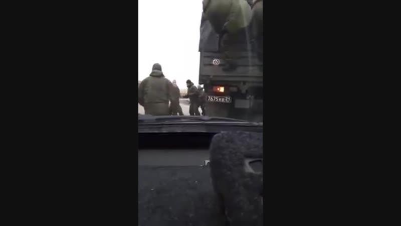 В Краснодаре водителю не понравилось, что военные его не пропустили и пошел выяснять отношения
