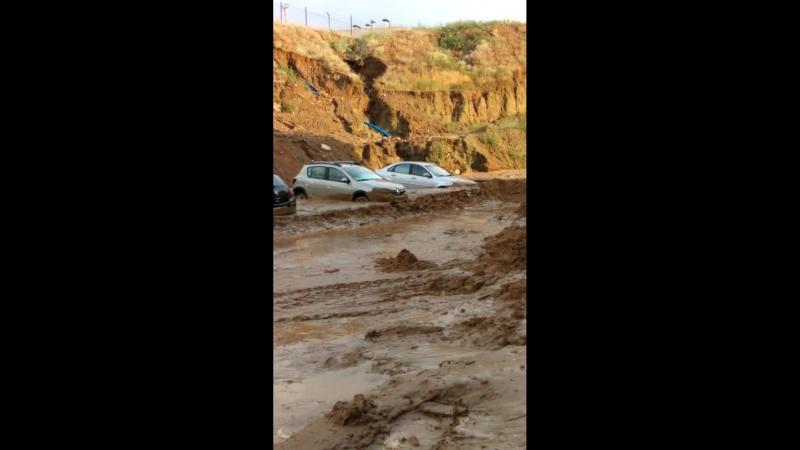 В Волгограде начали откапывать увязшие в грязи машины