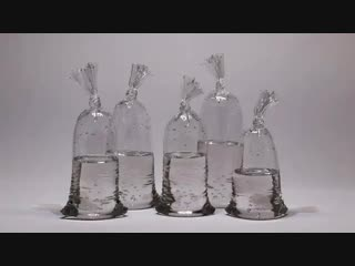Пакеты с водой - статуи из стекла Дилана Мартинеса
