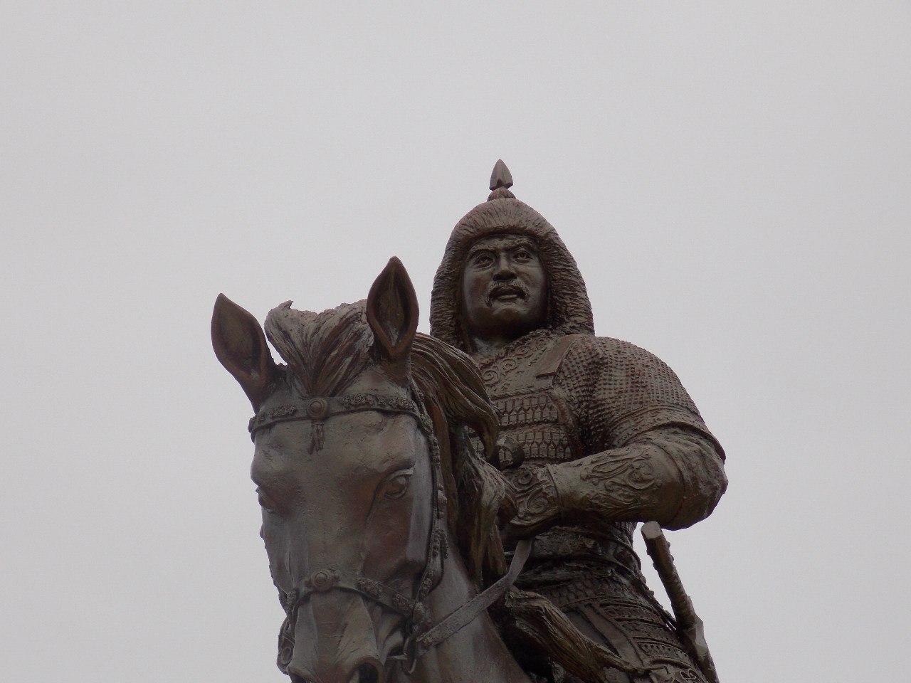 В Элисте установили памятник Убуши-хану